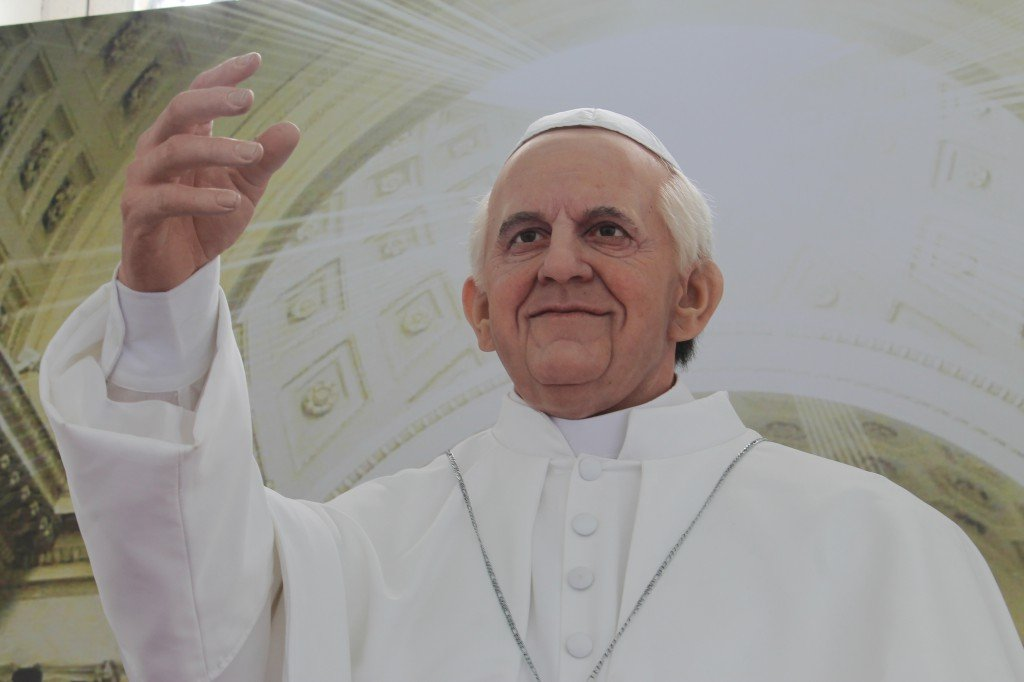 Est�tua de cera do Papa Francisco est� em exposi��o na Bas�lica do Bonfim